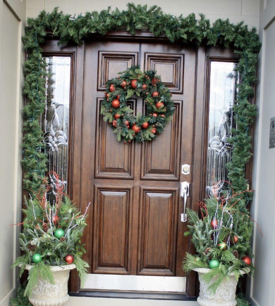 дверь украшенная венком и гирляндой