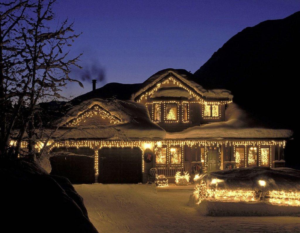 фасад дома украшенный подсветкой