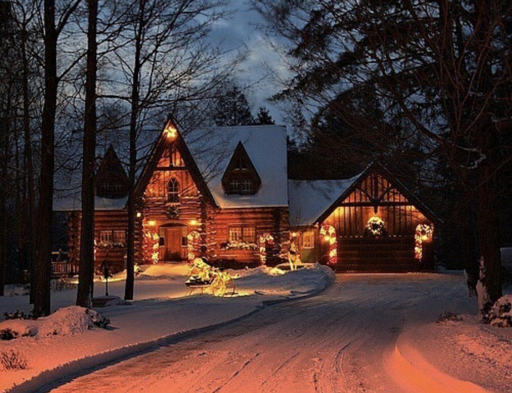 фасад дома с подсветкой