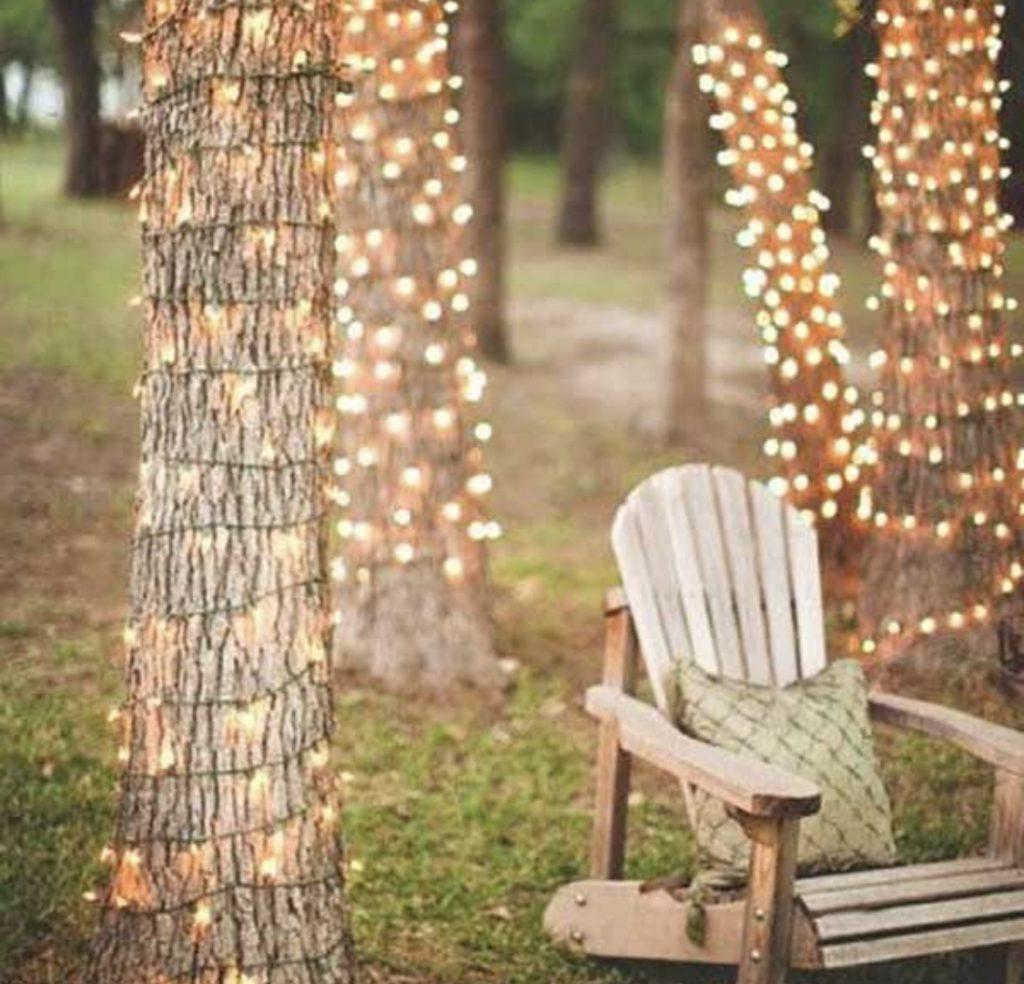 подсветка деревьев и кресло