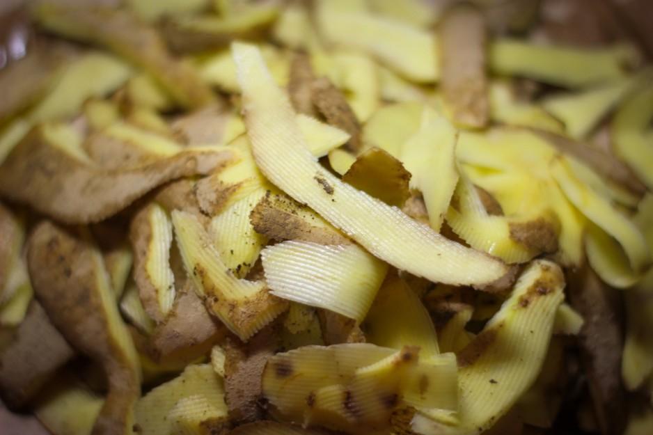 Как использовать картофельные очистки как удобрение