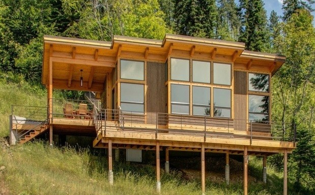 деревянный дом на сваях с плоской крышей