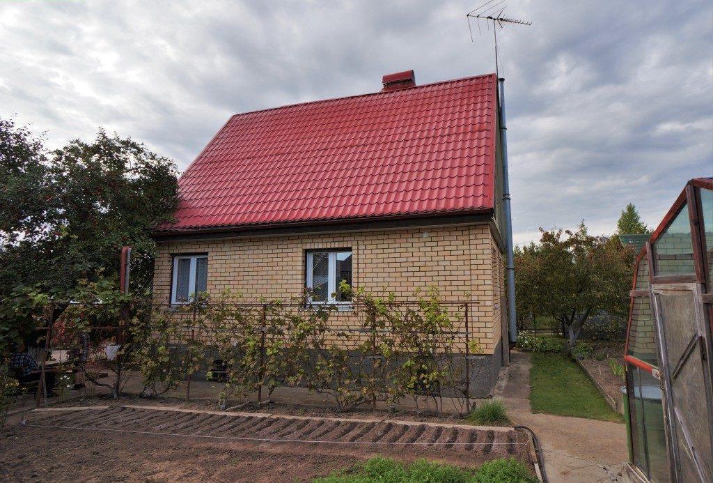 двухэтажный дом из кирпича с красной крышей