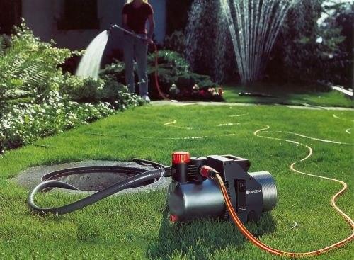 поверхностный насос стоит на траве